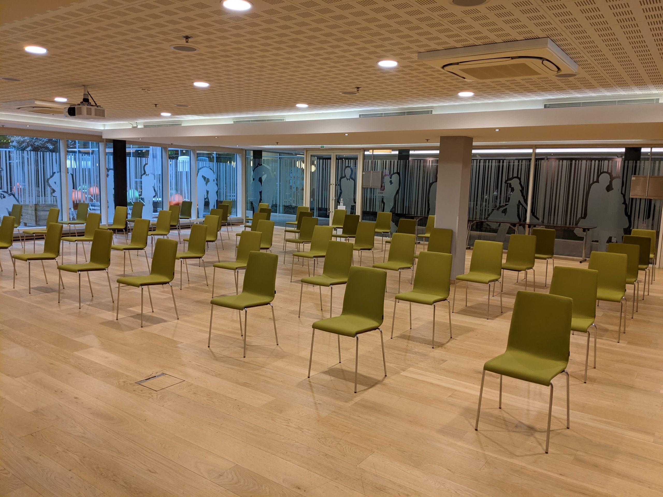salle de réunions avec chaises vides